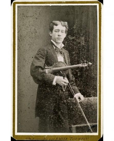 Homme debout avec violon et archet (Jean Planel)