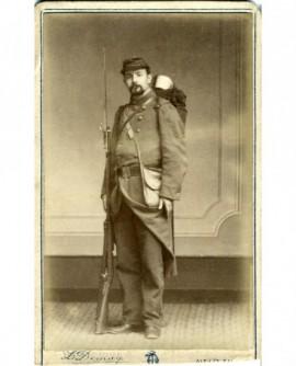 Militaire en tenue de campagne, baïonnette au canon du fusil