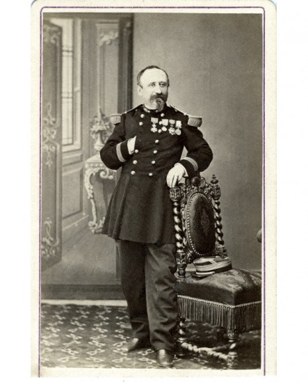 Officier d'artillerie, tête nue, avec ses décorations