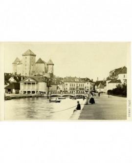 Vue d' Annecy. Promenade sur les quais.