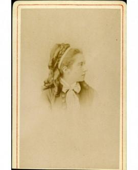 Portrait de jeune femme au ruban autour de la tête