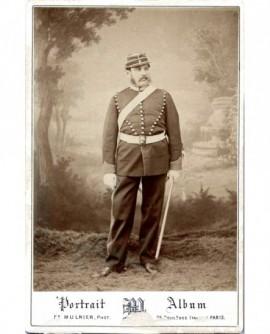 Militaire (artilleur) en grand uniforme, avec sabre
