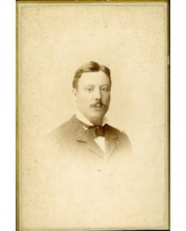 Jeune homme moustachu