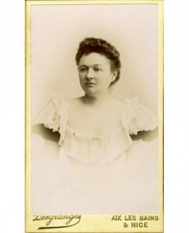 Portrait d'une femme en robe légère et décolletée