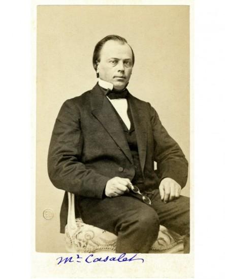 Portrait d'un homme assis, ses binocles à la main. Casalet