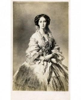 Femmeen robe debout, mains croisées. Impératrice de Russie