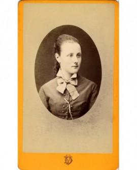 Portrait en médaillon de jeune fille