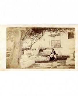 Vue d'Algérie. Homme assis près d'un puits