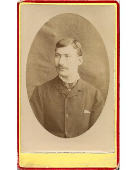 Portrait d'homme jeune à moustache