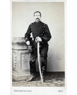 Militaire posant debout avec sabre et chako
