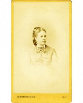 Portrait d'une femme à la lavallière
