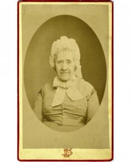 Portrait d'une femme âgée, bonnet noué sur la tête