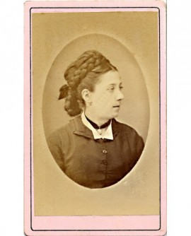 Portrait de femme aux cheveux tressés