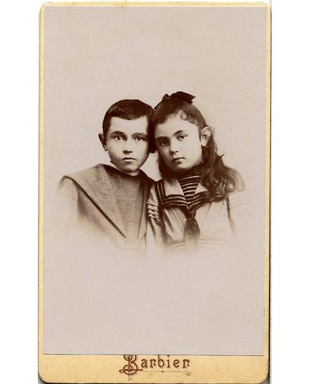 Deux enfants, têtes accotées (frète et soeur?)