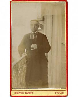 Ecclésiastique en calotte debout, sur un balcon