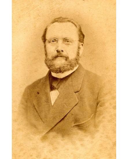 Portrait d'homme barbu à lunettes