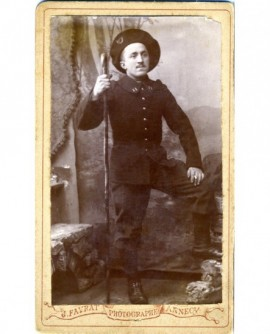 Militaire du 11è BCA debout, sa canne à la main