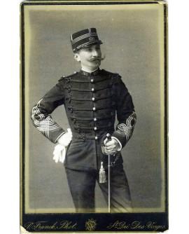 Capitaine Alphonse Escudier. Militaire moustachu du 150è debout ses gants et son sabre à la main