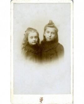 Deux fillettes vêtues de noir (soeurs?)