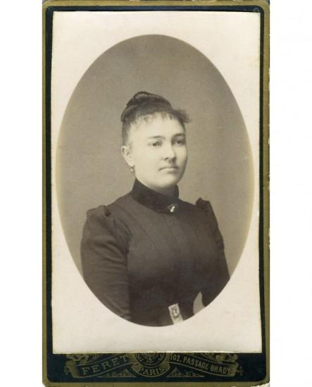Portrait d'une femme aux cheveux relevés sur le crâne