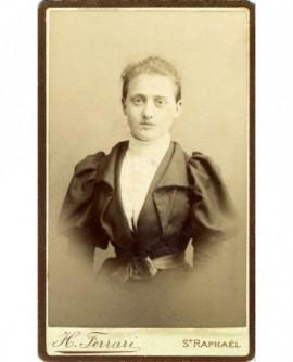 Portrait d'une jeune femme (fille?) sans bijoux, à la taille fine