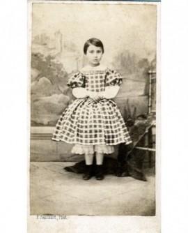 Fillette debout en robe