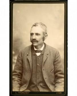 Homme moustachu à la veste pied de poule