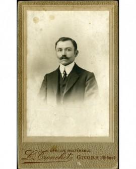 Portrait d'homme à moustache en pointe