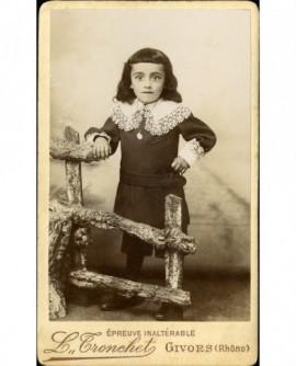 Jeune garçon en robe à col de dentelle, en pied