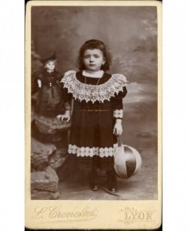 Fillette en robe, avec ballon et poupée