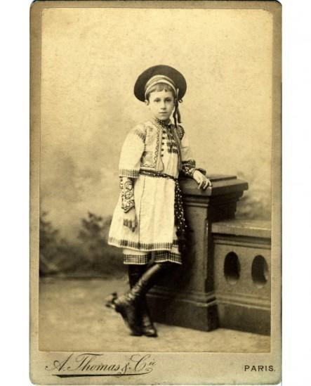 Garçon costumé en Roumain