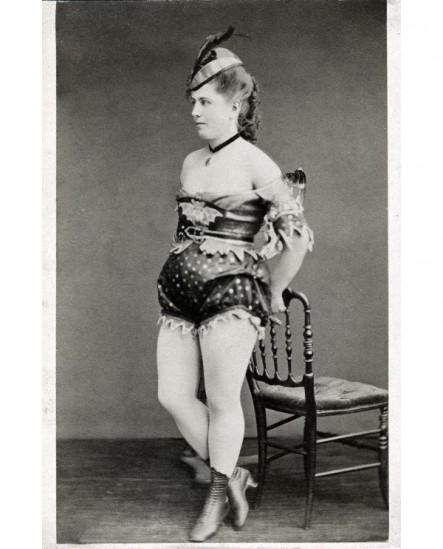 Femme debout en costume de scène