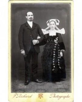 Couple de mariés (femme en costume traditionnel)