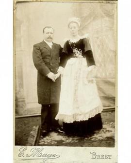 Couple de mariés brestois (femme en tenue traditionnelle)