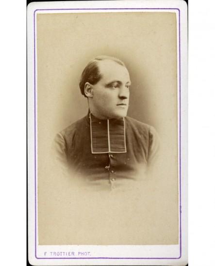 Portrait de jeune ecclésiastique regardant vers la gauche
