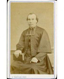 Ecclésiastique assis, tenant un livre fermé