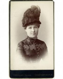 Portrait d'une jeune femme en chapeau