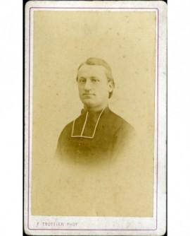 Jeune ecclésiastique de face