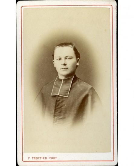 Jeune ecclésiastique à cheveux courts