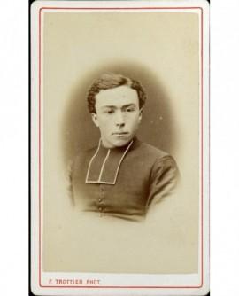 Jeune ecclésiastique en rabat