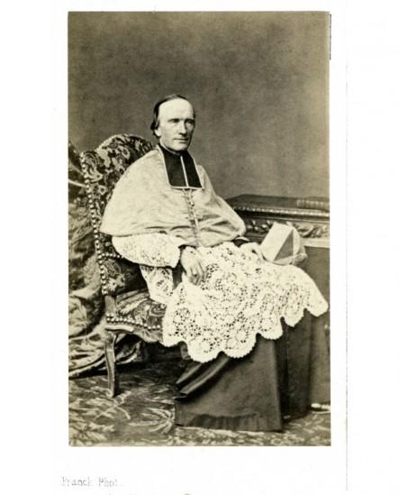 Evêque assis barrette à la main (Mgr Darboy)
