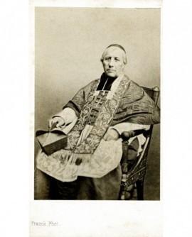 Evêque en calotte et étole assis dans un fauteuil (Mgr Sibour)