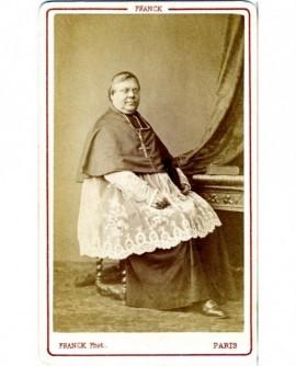 Evéque en calotte assis à un bureau (Mgr Fillon)