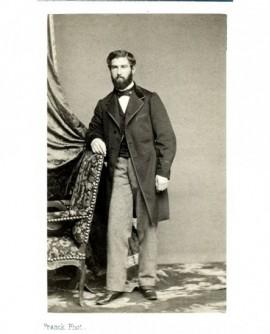 Homme barbu debout appuyé à un fauteuil. Adolphe d'Eichthal