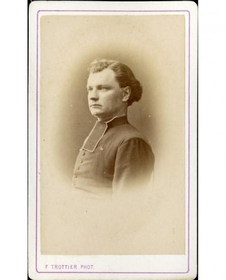 Ecclésiastique de profil (chevelure ondulée)