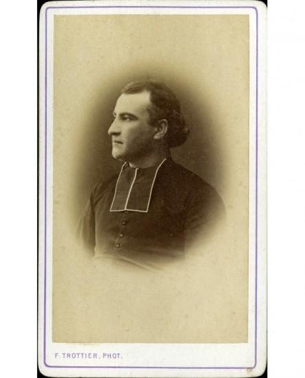 Ecclésiastique en rabat de profil