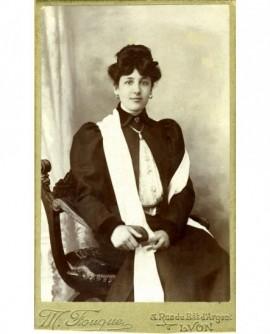 Jeune fille assise avec une grande écharpe blanche