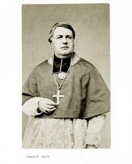 Evêque en rochet et camail, avec croix pectorale et anneau