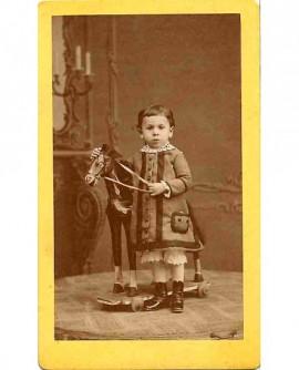 Enfant au cheval à bascule