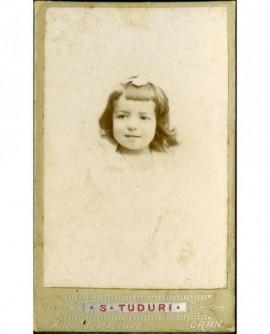 Portrait de petite fille au ruban dans les cheveux